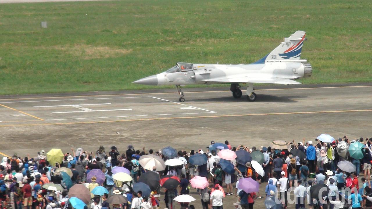 幻象2000戰機降落滑行。記者謝恩得/攝影