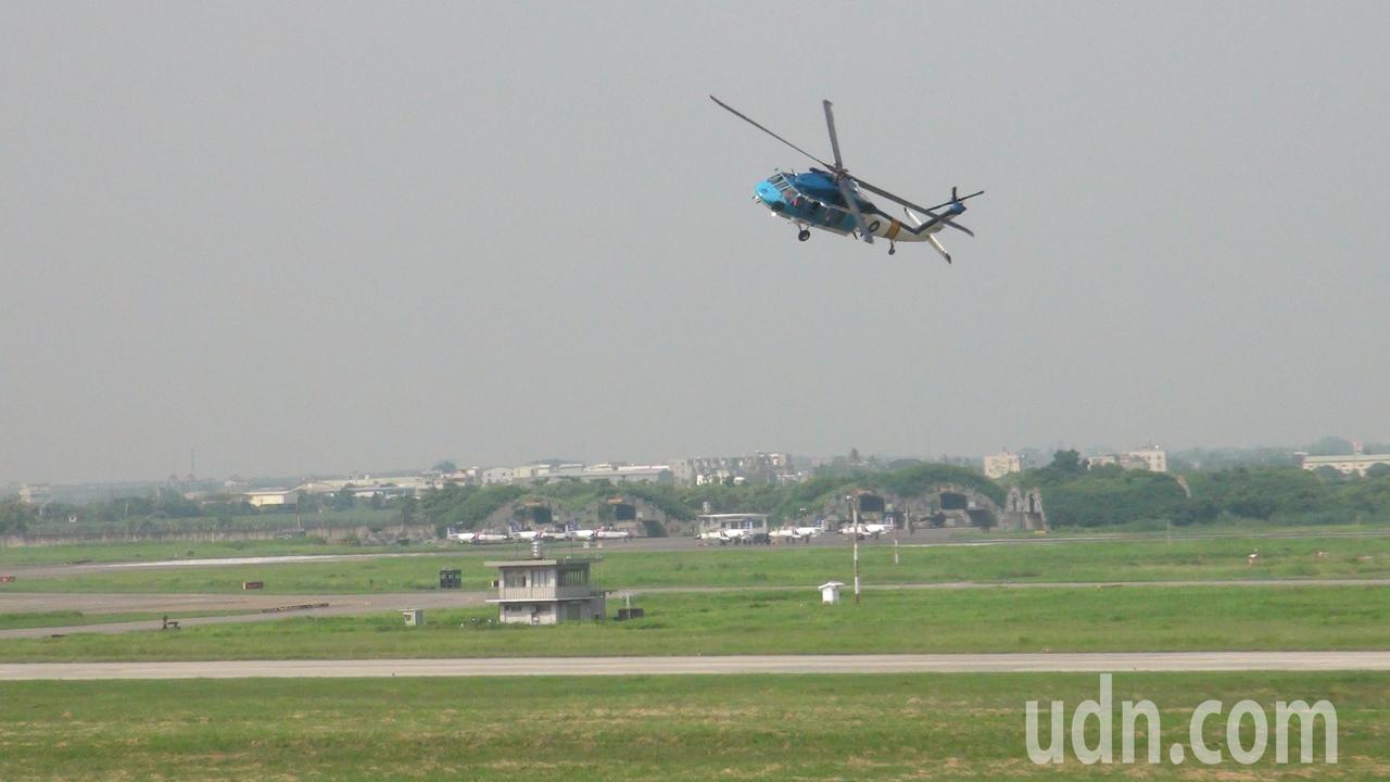 S─70直升機展現多種空中技巧。記者謝恩得/攝影
