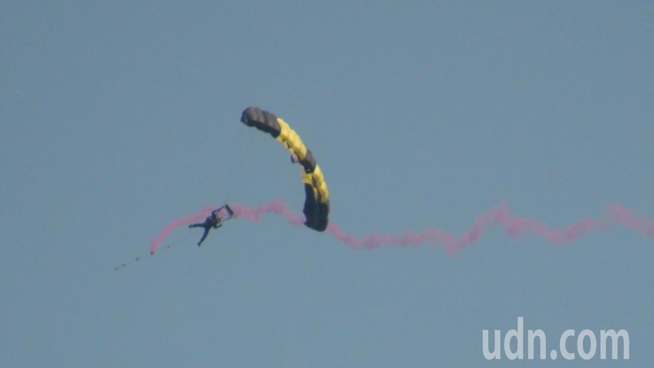神龍小組從高空中一躍而下定點著陸。記者謝恩得/攝影