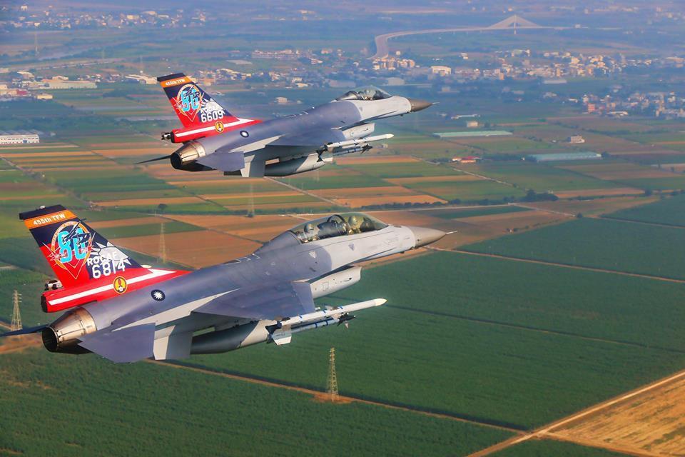 F─16彩繪機表演。圖/空軍司令部臉書專頁
