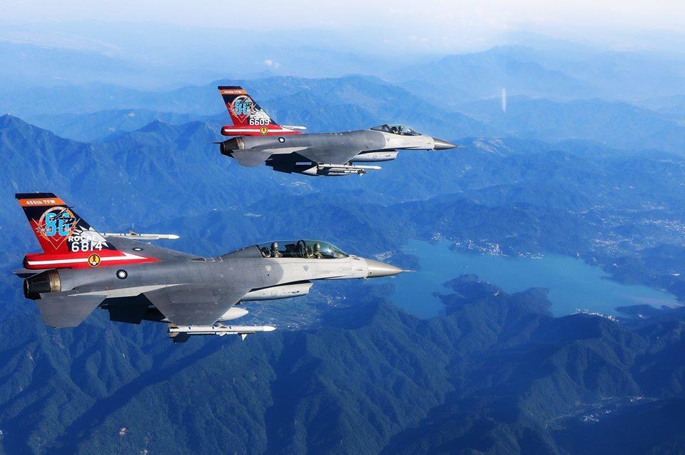 F─16彩繪機巡航。圖/空軍司令部臉書專頁