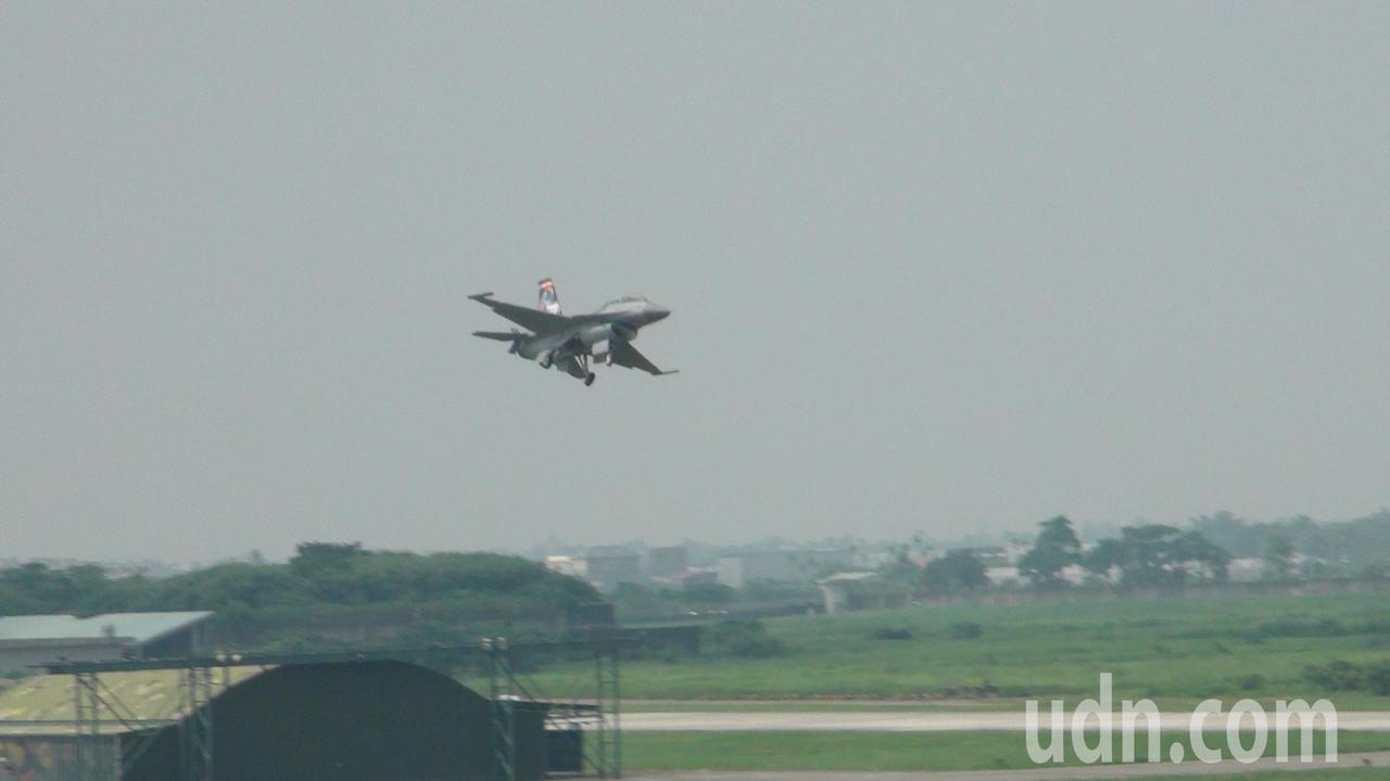 F-16在空中的戰術拉升解散。。記者謝恩得/攝影