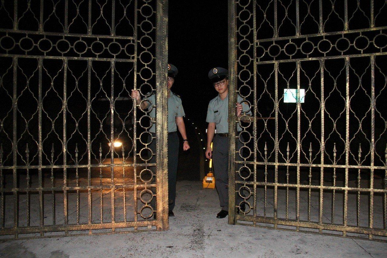 五指山上的軍人示範公墓面積龐大,入夜後軍墓勤務士必須編組四出巡邏,確保墓區沒有生...