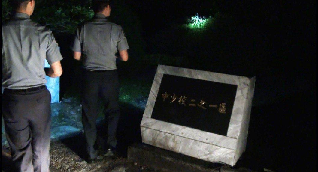 五指山上的軍人公墓面積龐大,入夜後軍墓勤務士必須編組四出巡邏,確保墓區沒有生人徘...