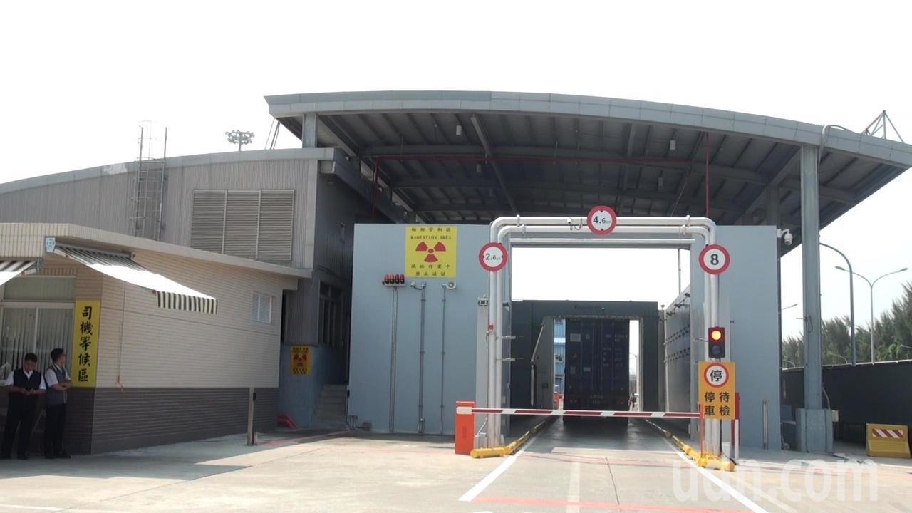 位在高雄122號碼頭的國內第一部軌道式X光貨櫃檢查儀,今早啟用。記者王昭月/攝影