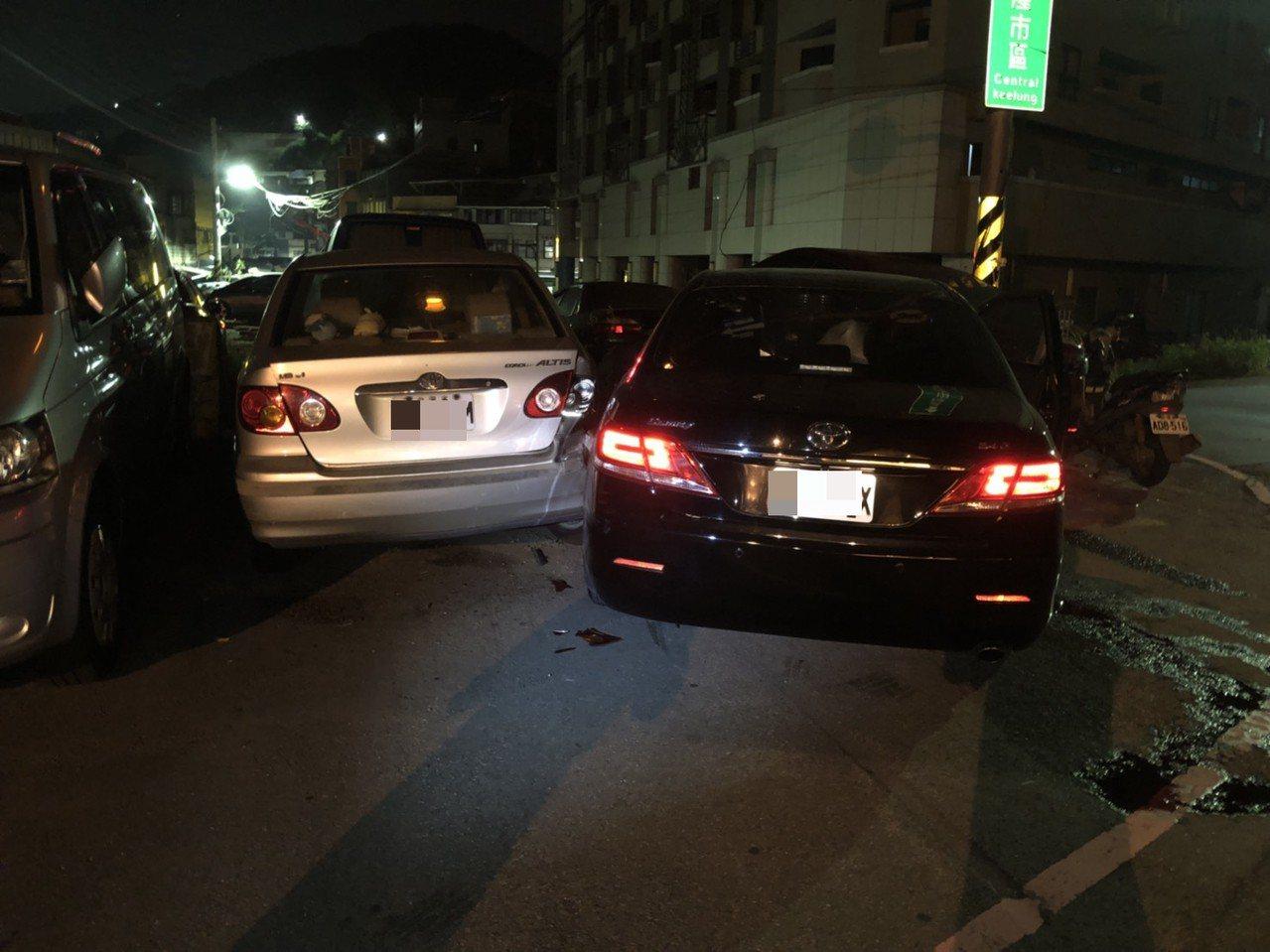 台北市議員童仲彥今天凌晨涉嫌酒駕(右黑色車)到基隆,自撞隧道口兩輛自小客,被警方...