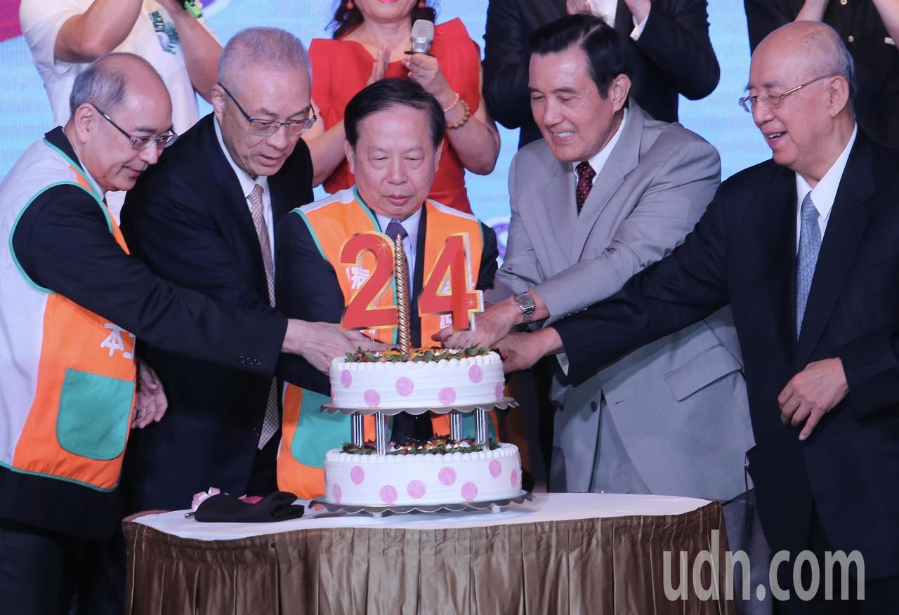 國民黨前主席馬英九(右二)、吳伯雄(右)與現任主席吳敦義(左二)上午一同出席活動...
