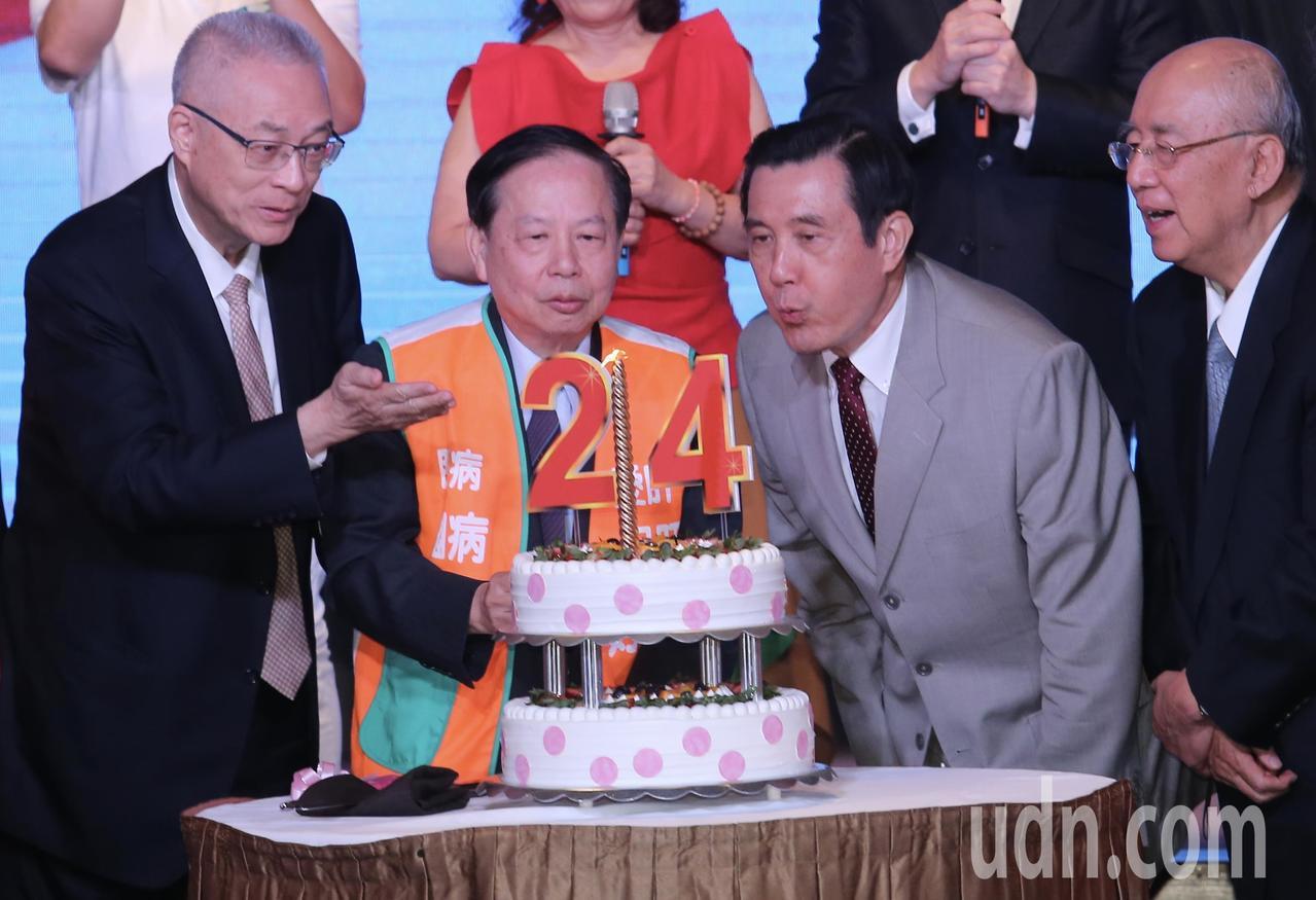 國民黨前主席馬英九(右二)、吳伯雄(右)與現任主席吳敦義(左)上午一同出席活動,...