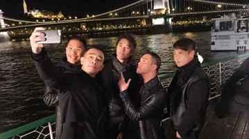 萬眾期待的回歸之作「黃金兄弟」將於今年9月21日(五)於台灣正式上映。首部預告也於今日釋出,除了強烈的「兄弟」氣息外,動作場面更是讓人血脈賁張。預告裡兄弟五人在布達佩斯開心自拍,下一秒馬上陷入劇烈槍...