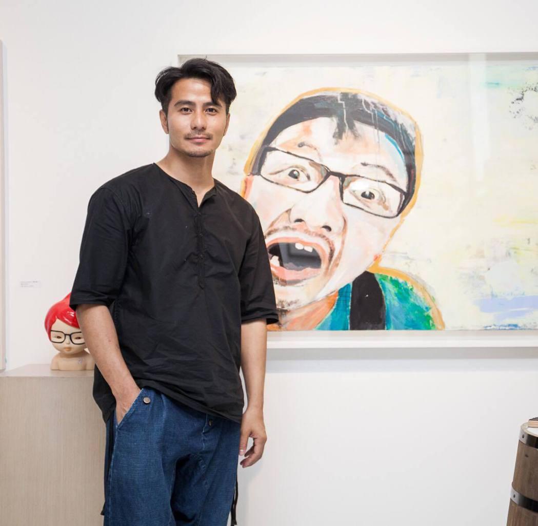 郭彥甫與自己的作品。圖/台灣保樂力加提供