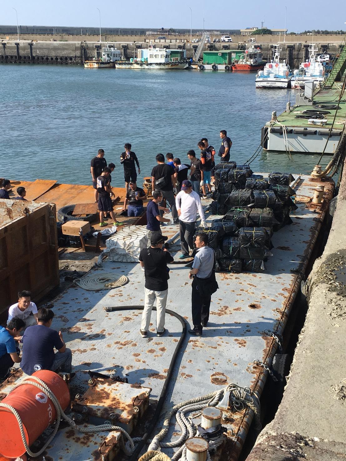 海巡署在「豐岡六號」工作平台船查獲走私未稅菸品共計1100箱、55萬包私菸,粗估...