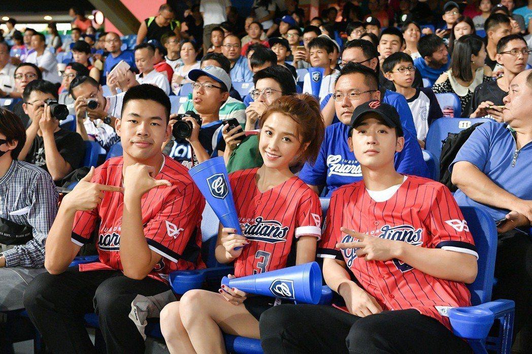 吳思賢(右起)、邵雨薇、陳大天在看台區為球員加油。圖/東森提供