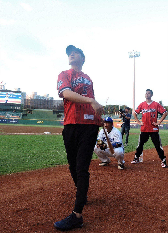 吳思賢(左)、陳大天專心練習開球。圖/東森提供
