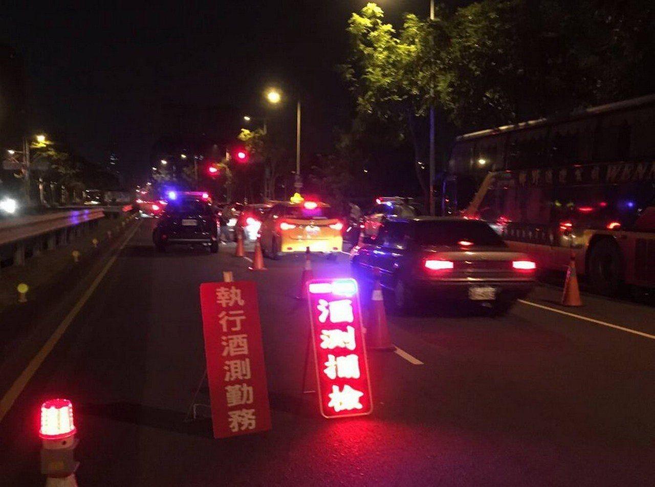 高雄1名計程車司機將車停在停車格,酒後上車未熄火倒頭睡覺,被檢舉酒駕吃上官司。圖...