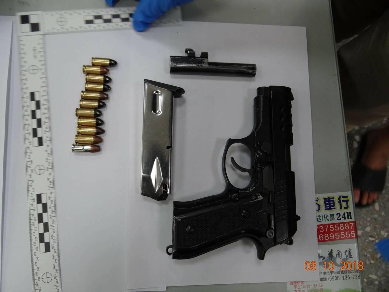 學甲警分局查獲改造手槍。圖/學甲警分局提供