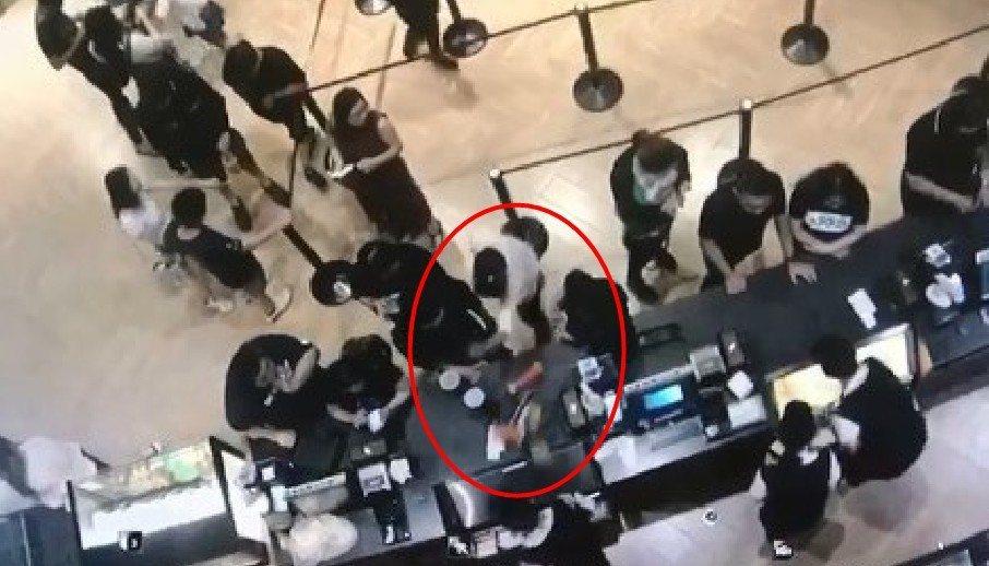 男子氣得把飲料打翻在櫃台上。圖/截至臉書社團「新竹大小事」