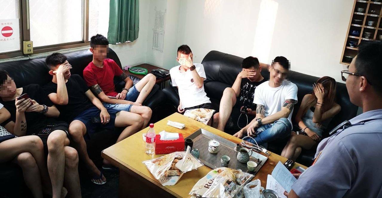 8名男女摩鐵租房涉嫌開毒趴,被警方帶回調查。記者林保光/翻攝