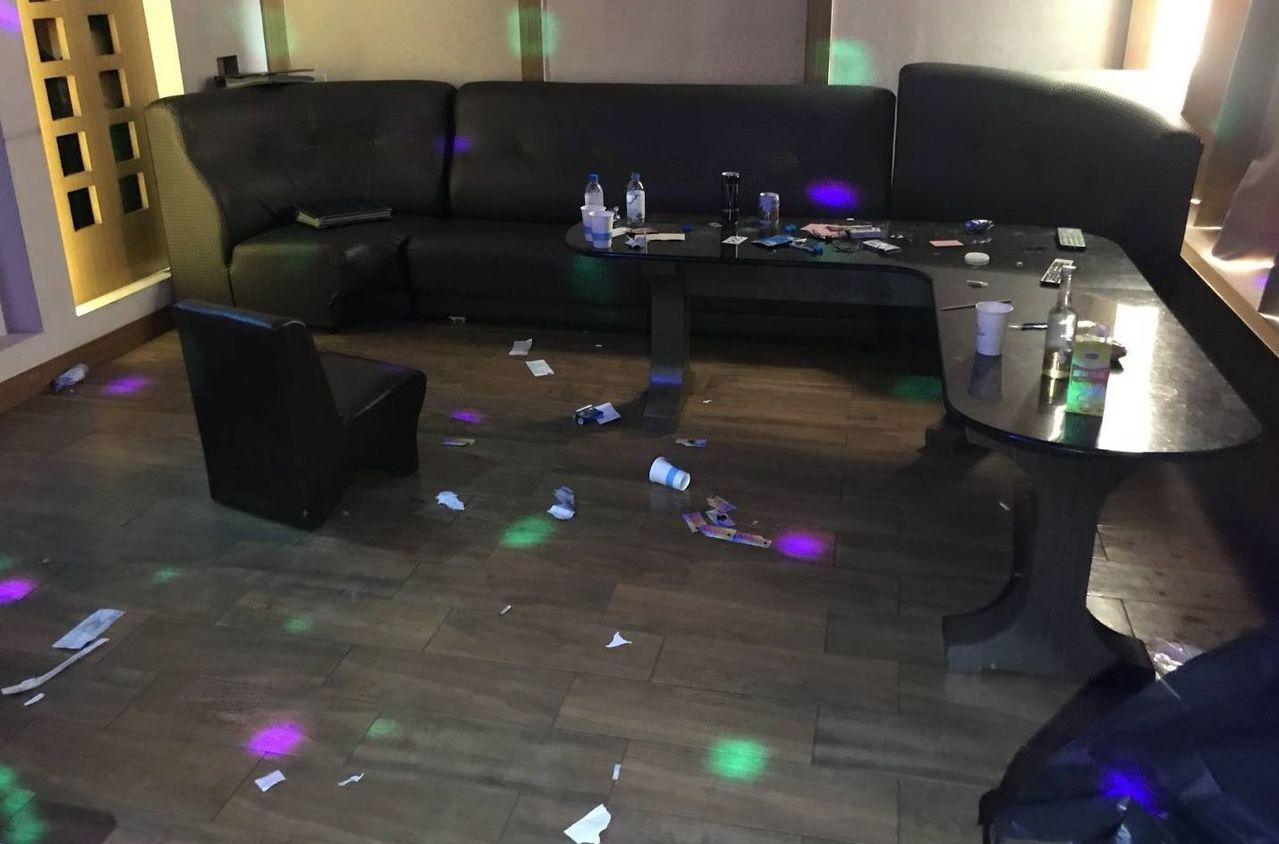 警方進入房間,發現滿地毒品咖啡包包裝。記者林保光/翻攝