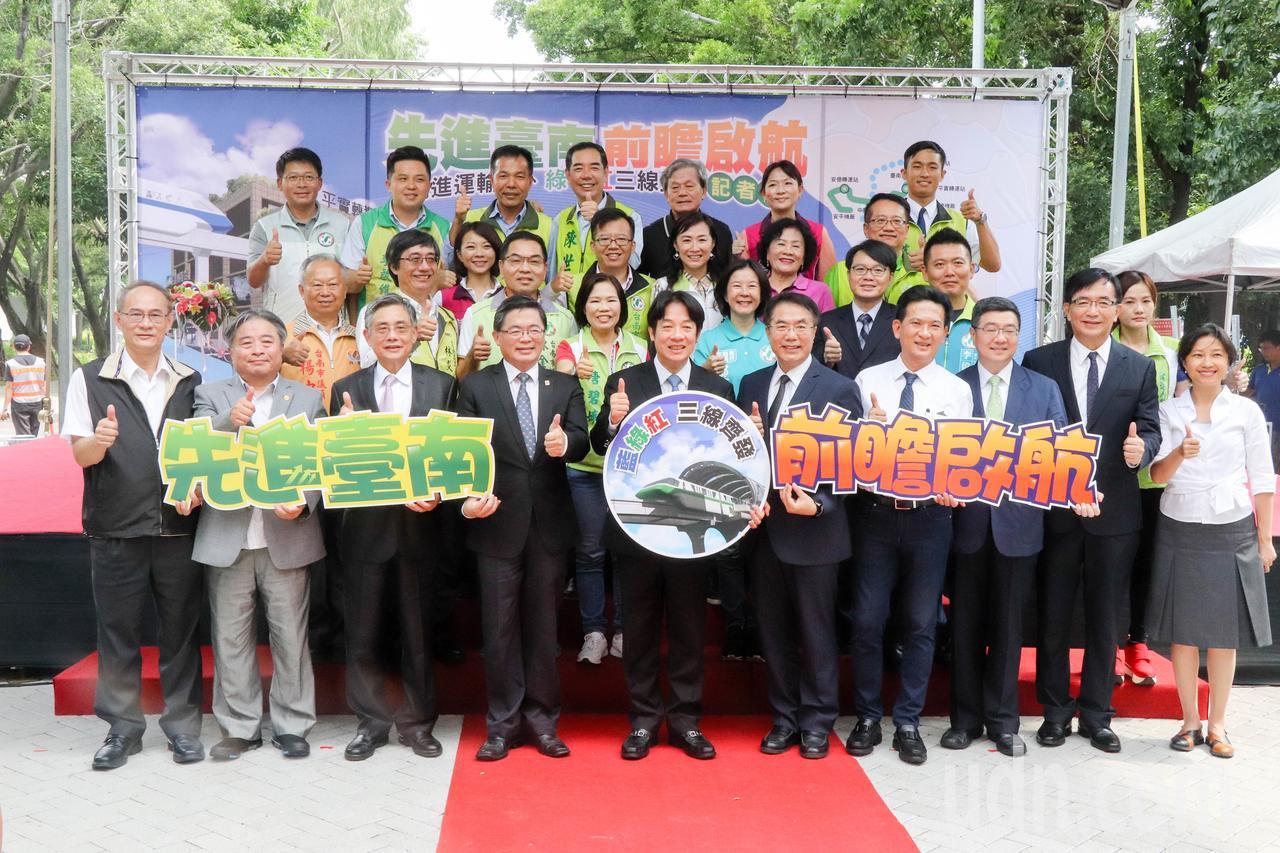 行政院長賴清德(前排右六)今至台南出席「先進台南前瞻啟航」記者會。記者鄭維真/攝...