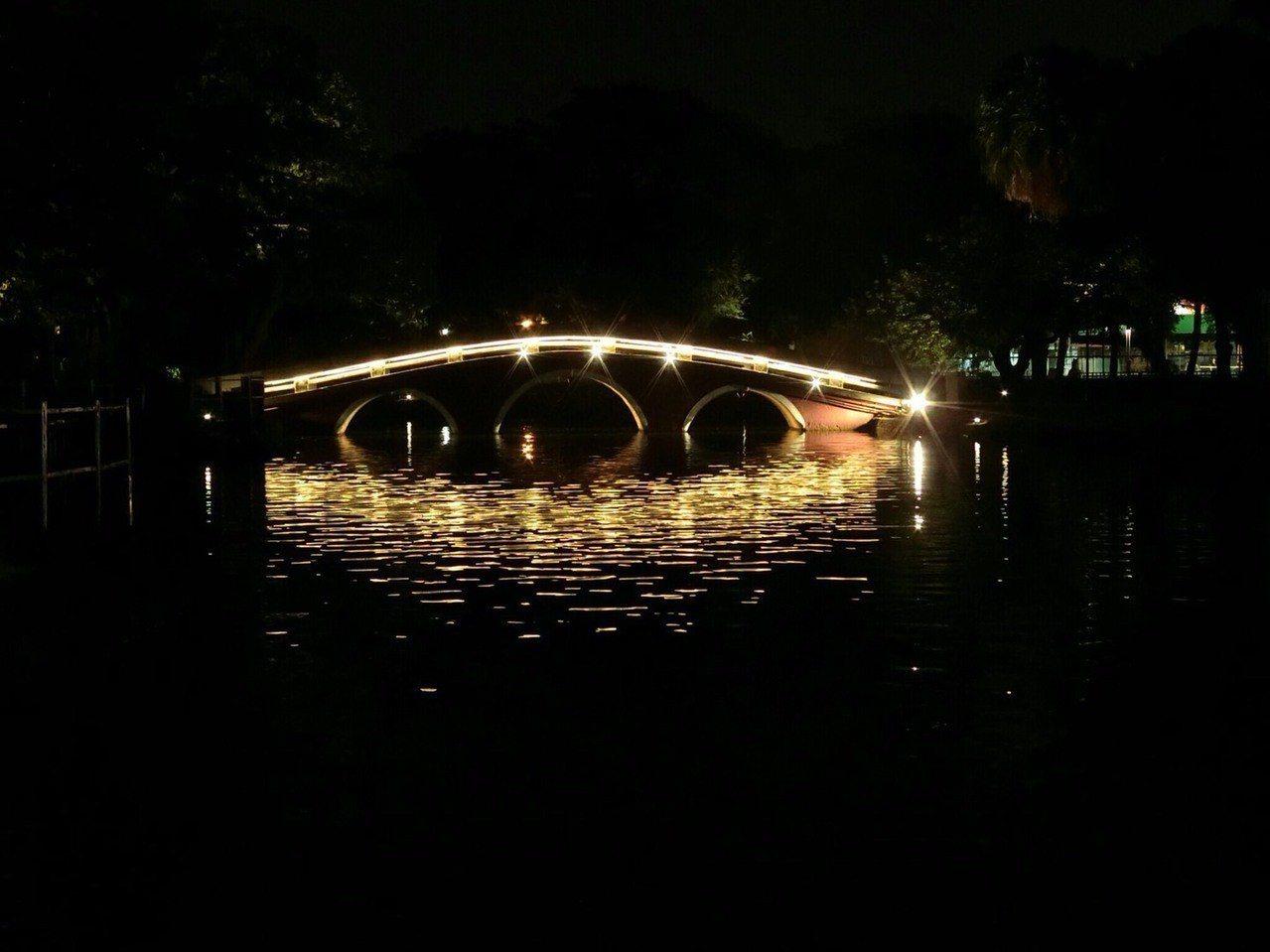 台中公園中式磚造拱型「中正橋」將原本圓形燈具拆除,拱橋的兩岸安裝投射燈,凸顯橋身...