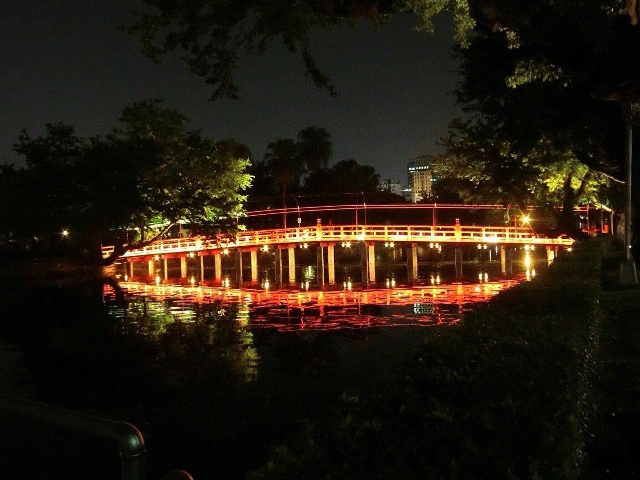 台中公園的紅色日式木造「中山橋」,安裝赭紅色的線條燈,打亮橋面,凸顯優雅外觀。圖...