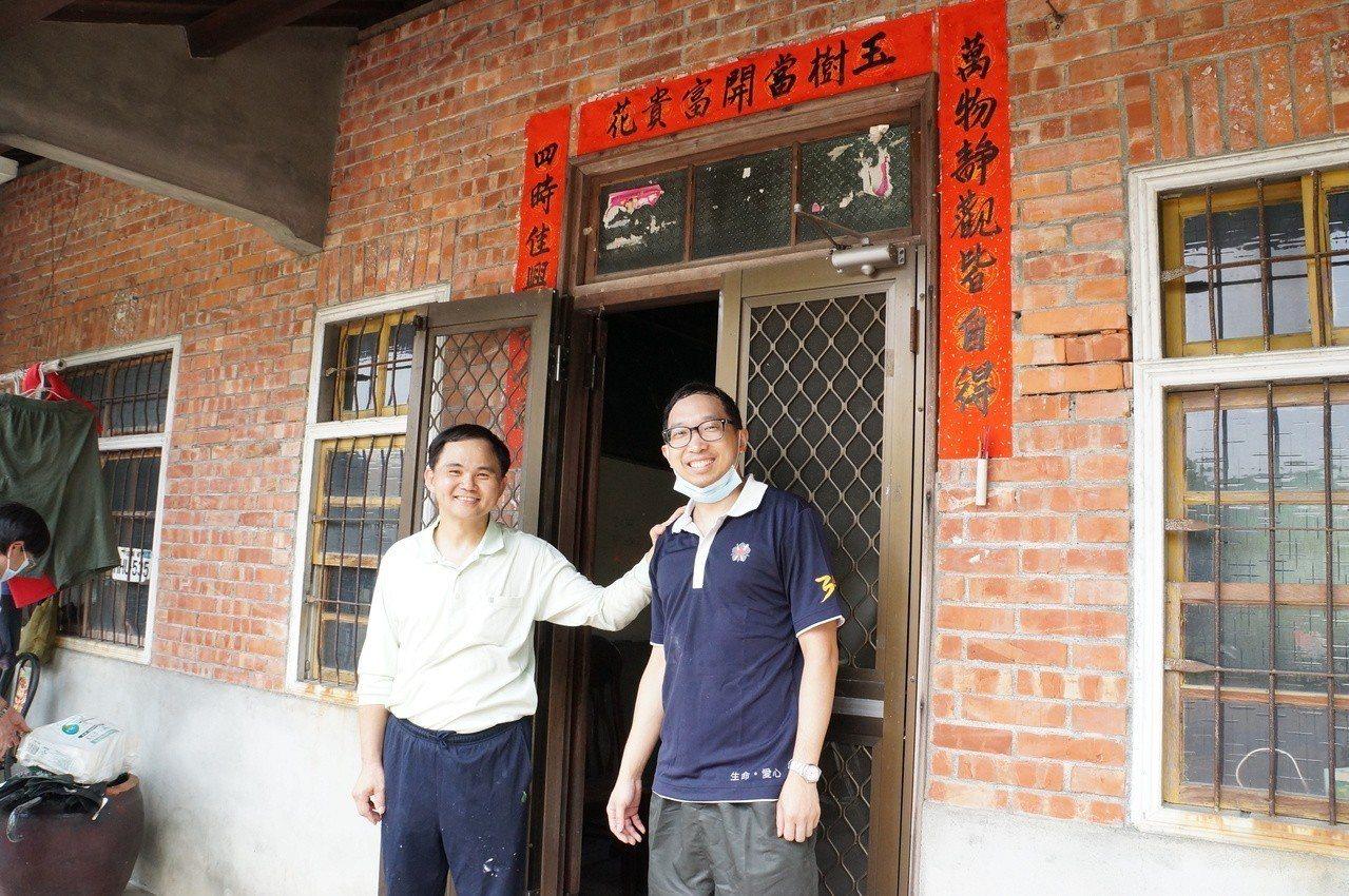 簡瑞騰副院長(左)及學弟骨科住院醫師江晏昇。圖/大林慈濟醫院提供