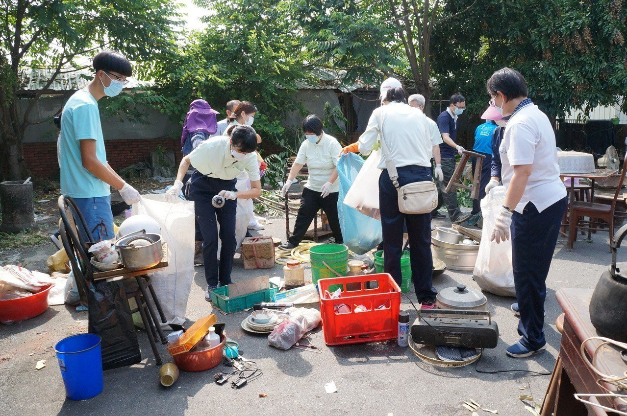 大林慈濟醫院動員醫院員工及家屬前往關懷、打掃弱勢戶。圖/大林慈濟醫院提供