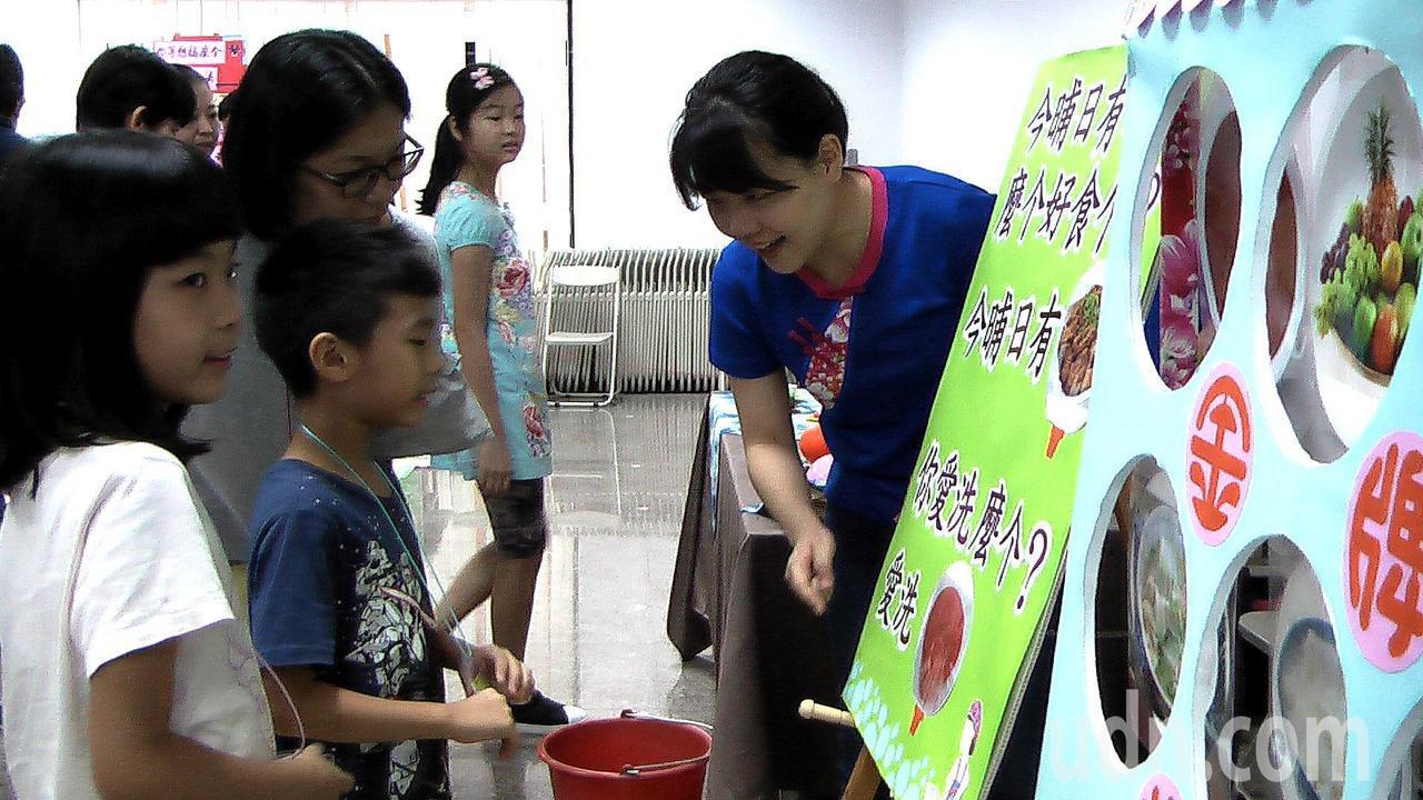 高雄市客委會推動「薪薪相習客語家庭培力試辦計畫」,家長帶著孩子一起玩遊戲、說客語...