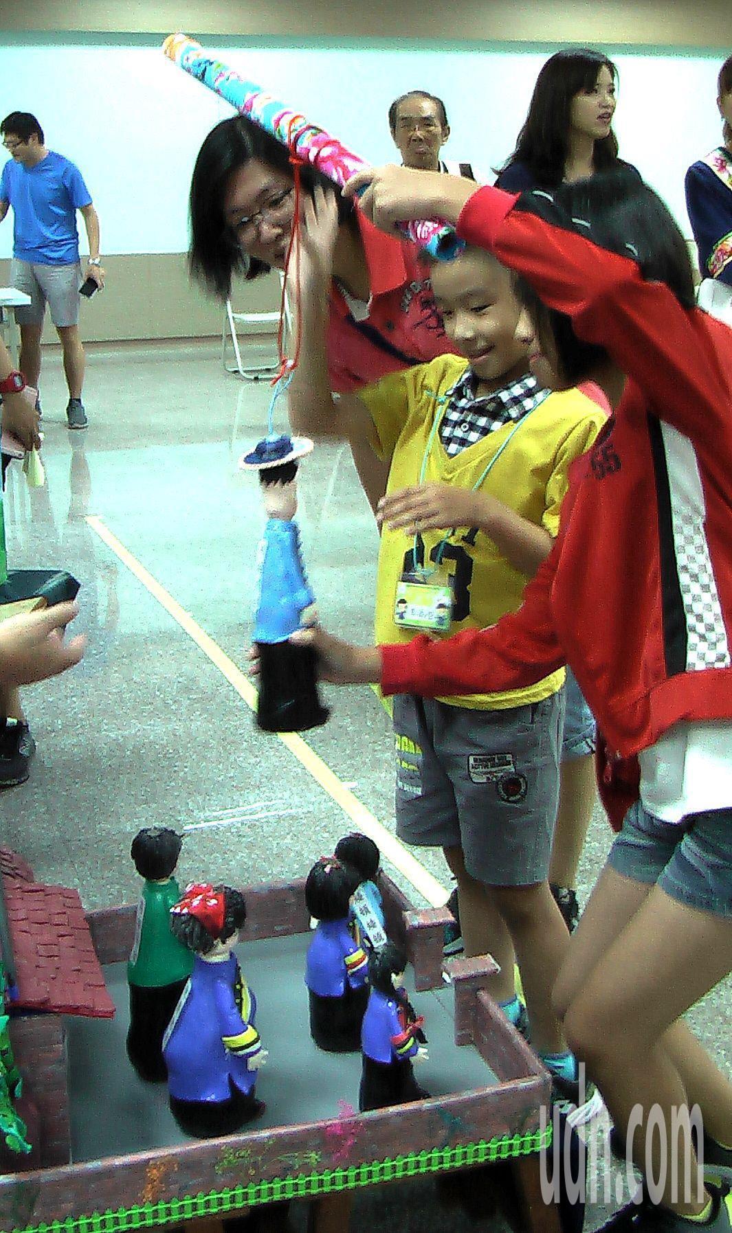 讓孩子在遊戲中學習客家語言,提升學習效果。 記者徐如宜/攝影