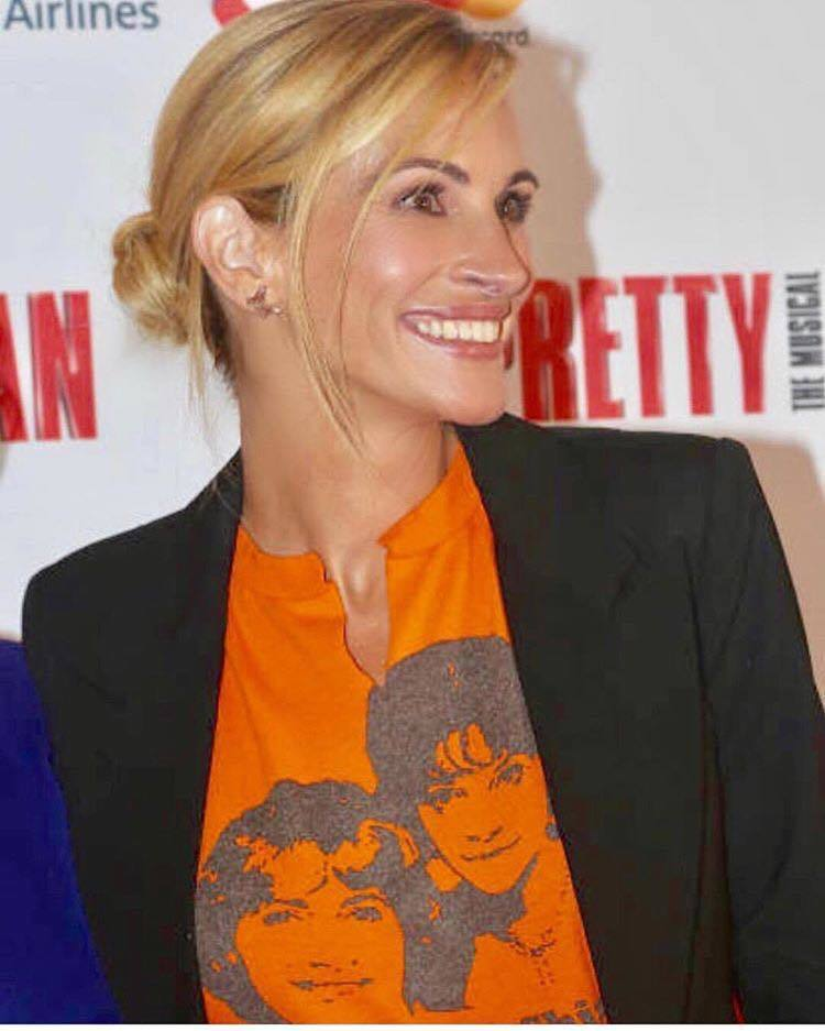 茱莉亞羅勃茲的髮型師在IG發佈她出席音樂劇首演的活動照片,混搭西裝、骨董T恤、蝴...