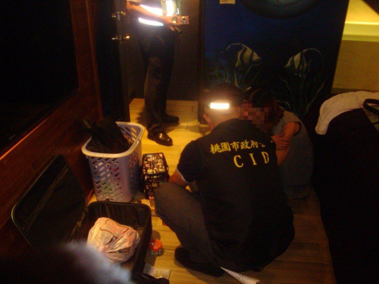 桃園市平鎮警分局今天凌晨執行青春專案,在汽車旅館內查獲一對毒鴛鴦,持有及吸食安非...