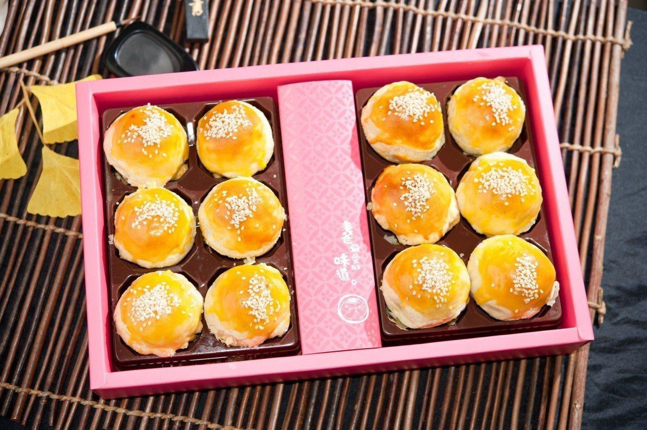 周老爸招牌糖心豆沙蛋黃酥禮盒,團購價549元。圖/ihergo愛合購提供