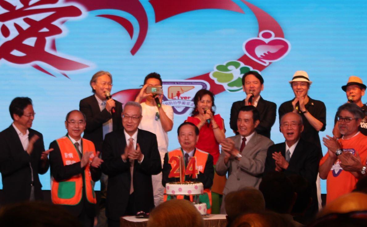 肝基會舉辦24週年慶,前總統馬英九(右三)、國民黨主席吳敦義(左三)、前行政院長...