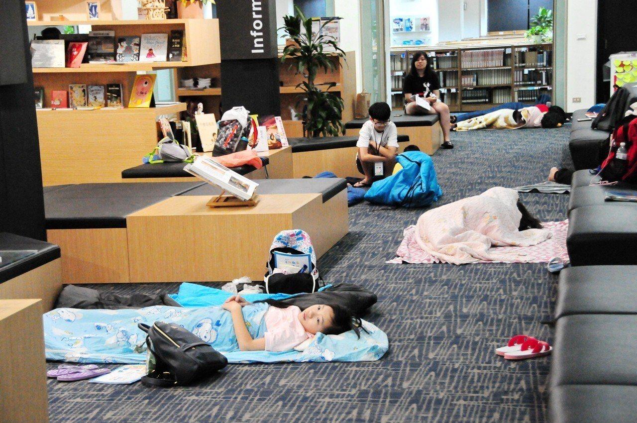 20所南投偏鄉小學生參加靜宜大學的「創意閱讀營」,大、小學生夜宿圖書館 ,合作創...