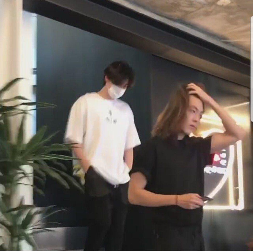 金宇彬撥起長髮,李鍾碩跟在後方。圖/摘自IG