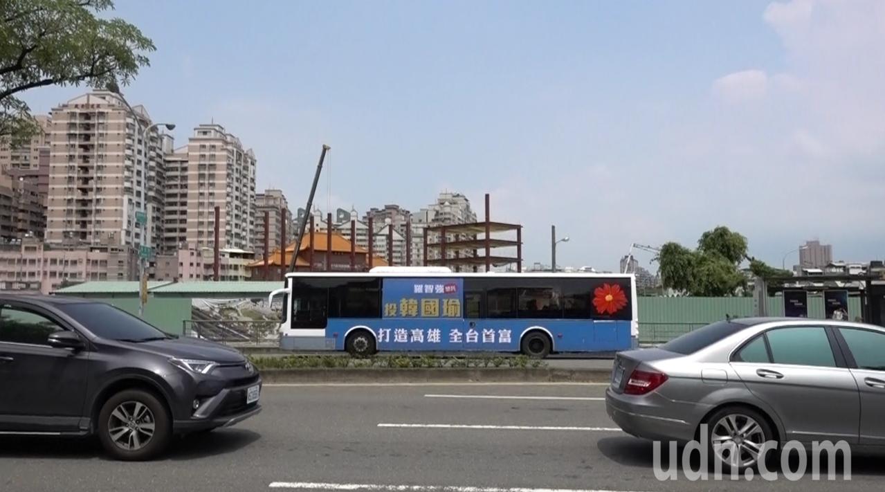 台北市議員參選人羅智強、游淑慧募款捐助韓國瑜100輛「嗆聲公車」正式在高雄上路。...