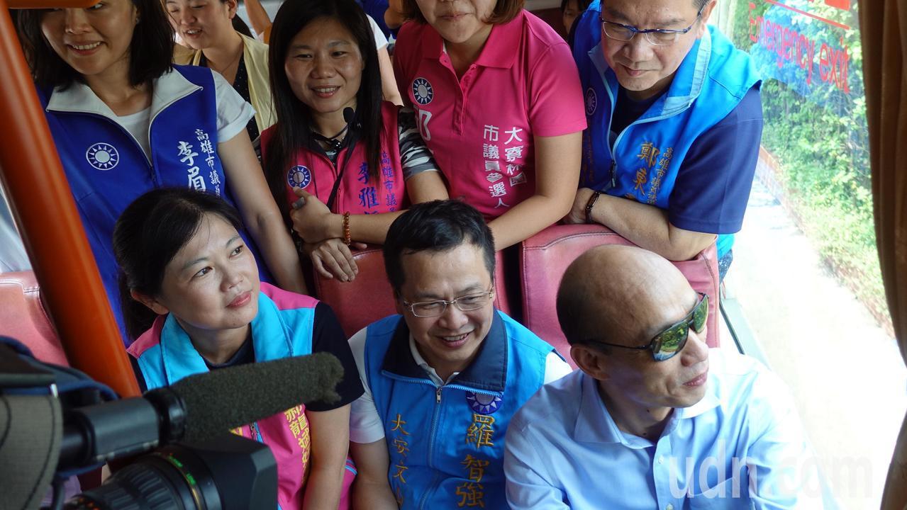 韓國瑜(前排右起)、羅智強與游淑慧等人搭公車。記者劉星君/攝影