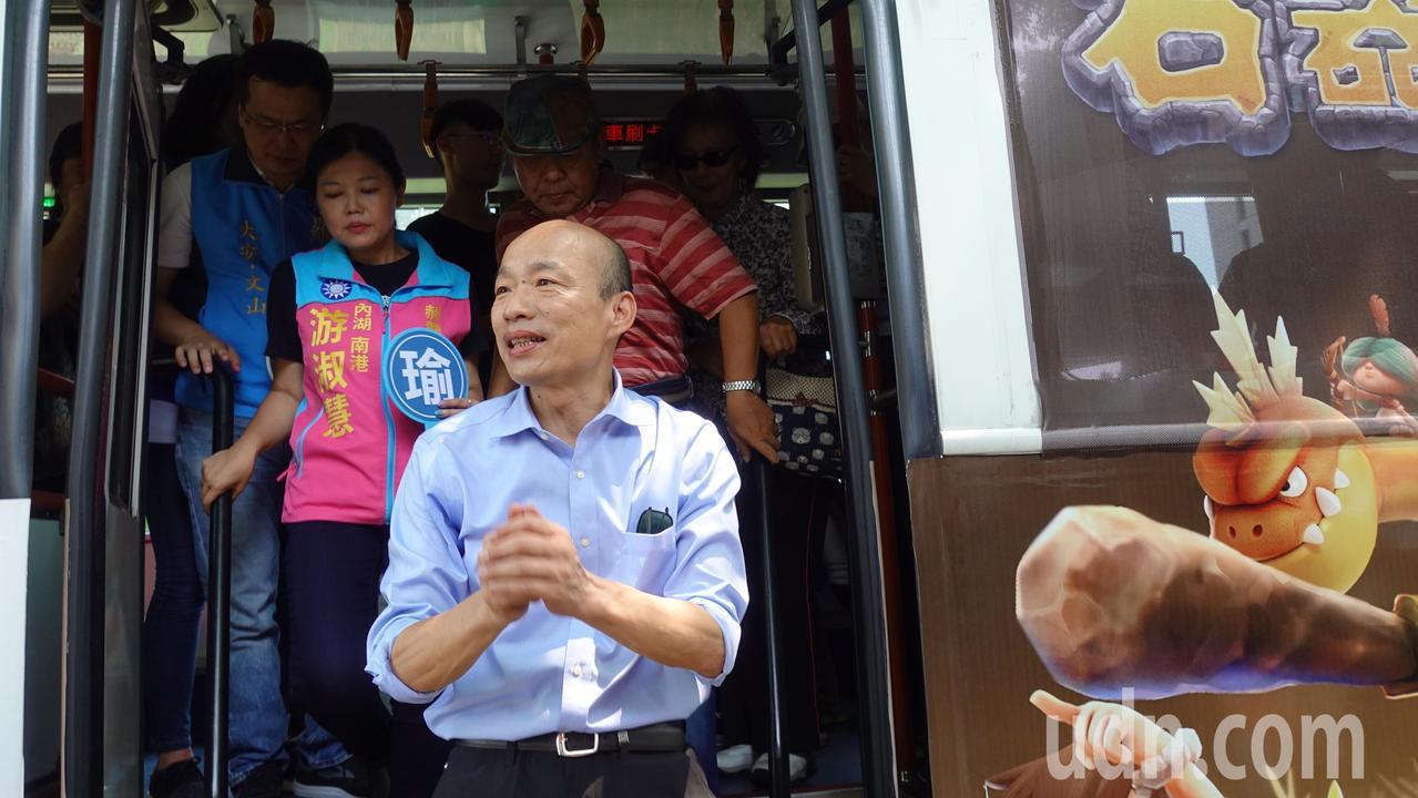 韓國瑜搭公車抵達市府站。聯合報系記者劉星君/攝影