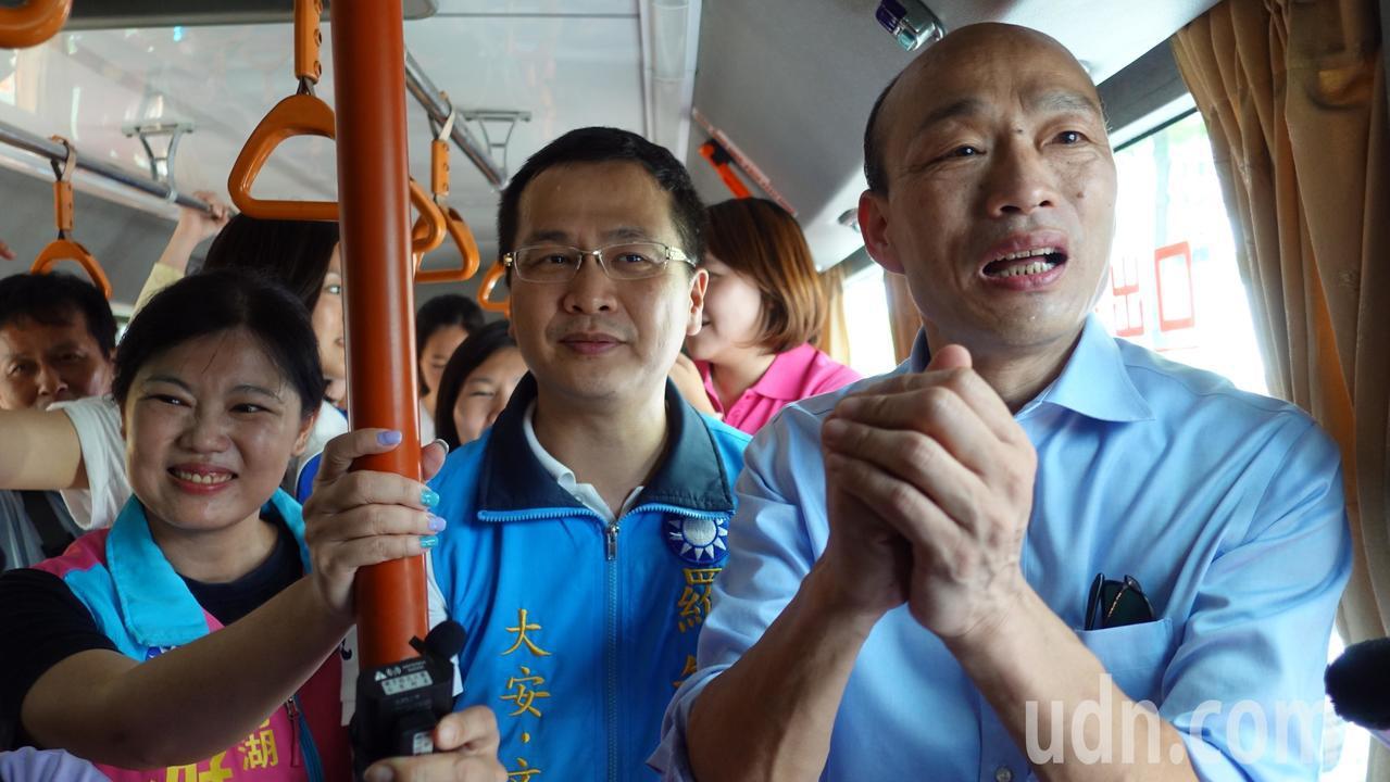 韓國瑜(右一)在公車上獲悉有台北市民特別一早從台北下來聲援,相當感動。記者劉星君...