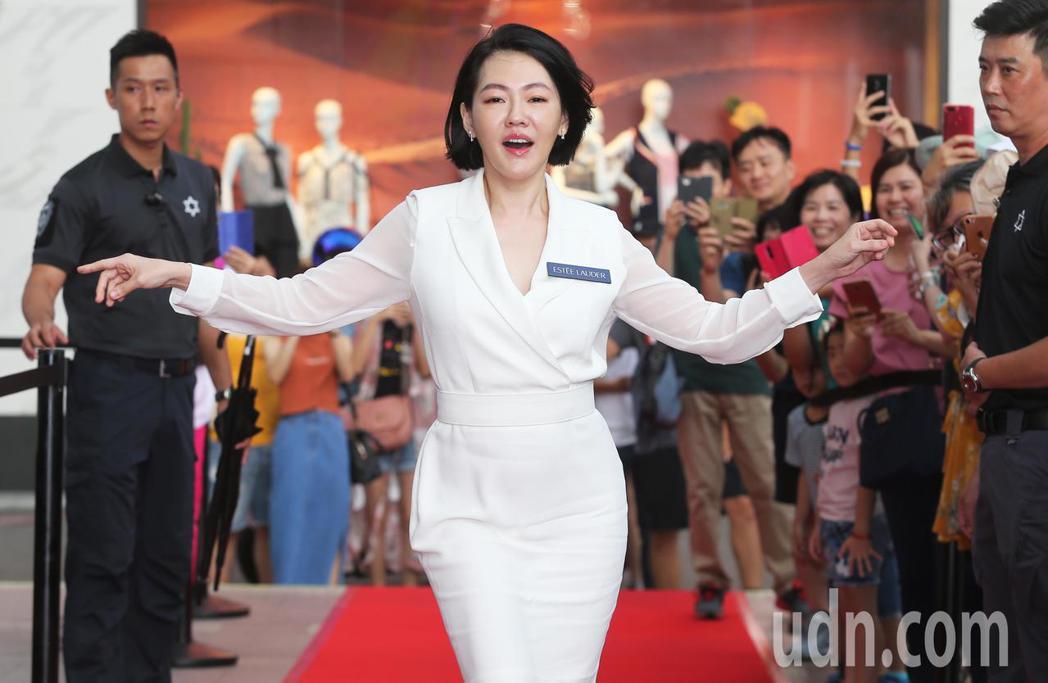 小S今天身穿ㄧ襲白色套裝出席品牌保養活動。記者徐兆玄/攝影
