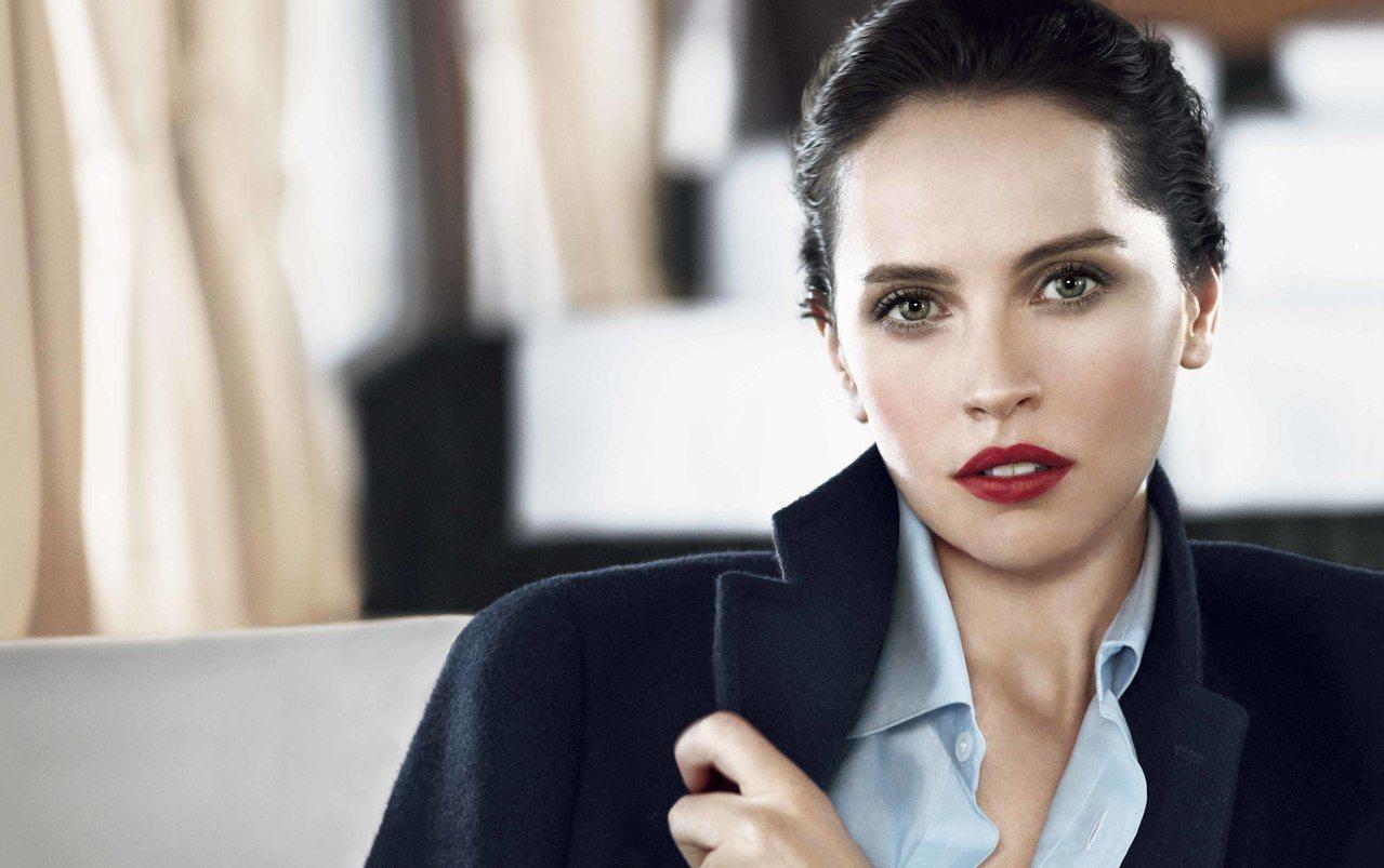 肌膚之鑰全球代言人費莉絲蒂瓊斯(Felicity Jones)詮釋喀什米爾訂製唇...