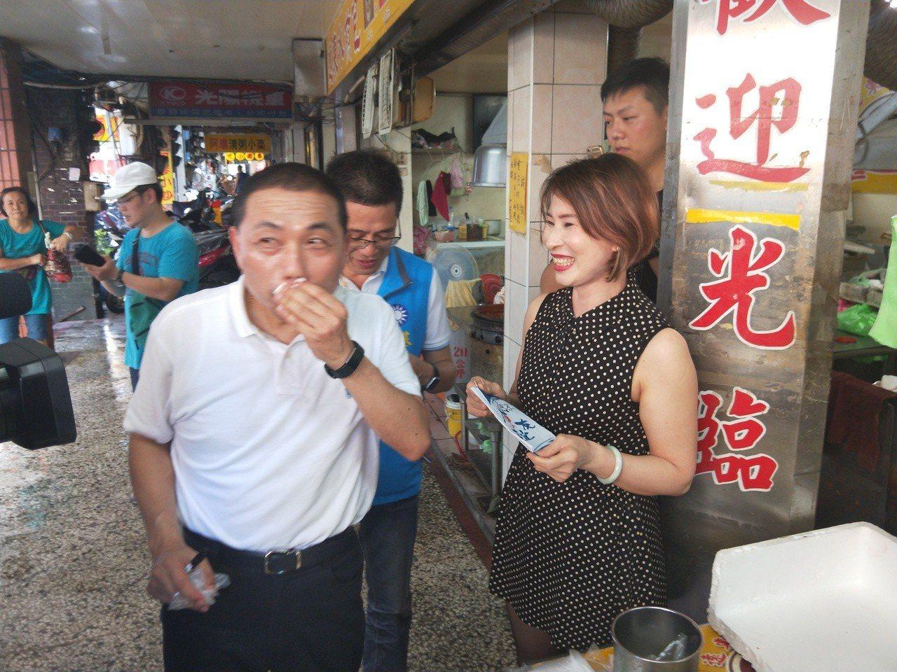水煎包老闆娘像昔日玉女歌手,侯友宜吃美食驚豔合照。記者游明煌/攝影