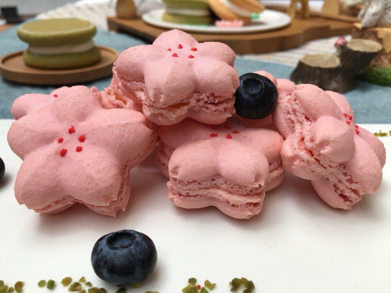 台中主廚推出「櫻花馬卡龍」創意甜點,可愛外觀大受民眾喜愛,詢問度破表。圖/台中市...