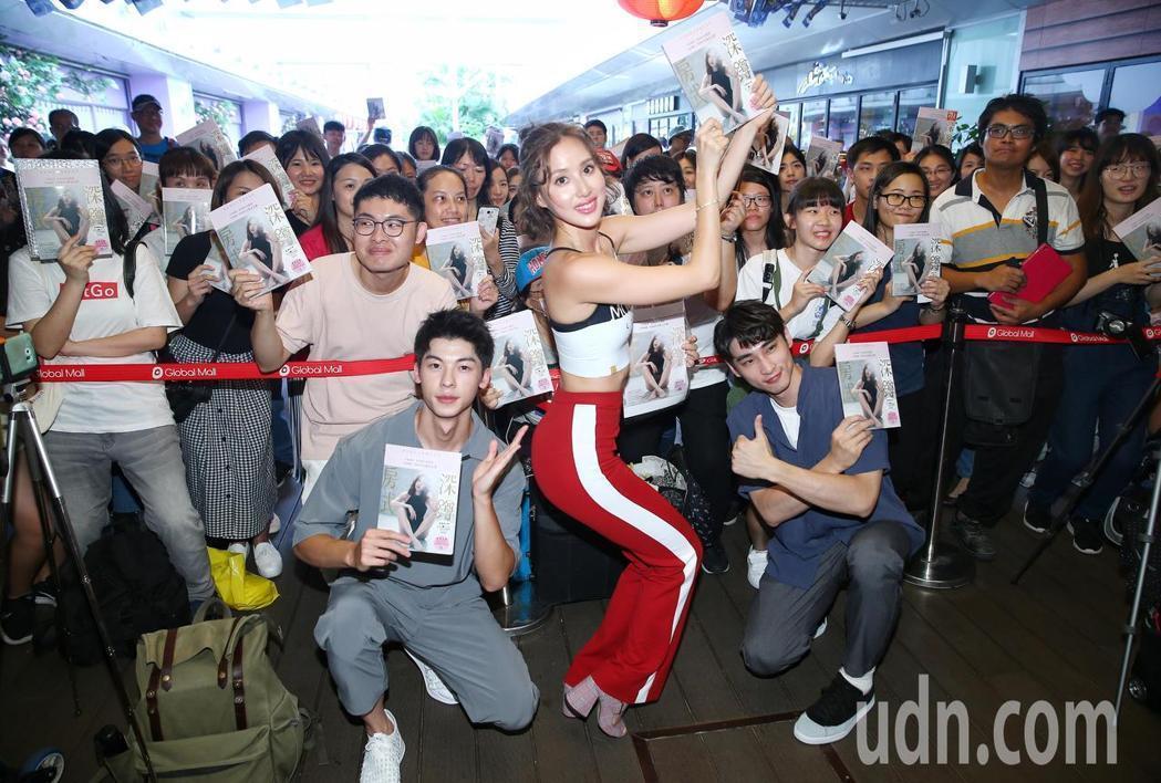 房思瑜簽書會,許光漢(左起)、章廣辰特地來站台。。記者王騰毅/攝影