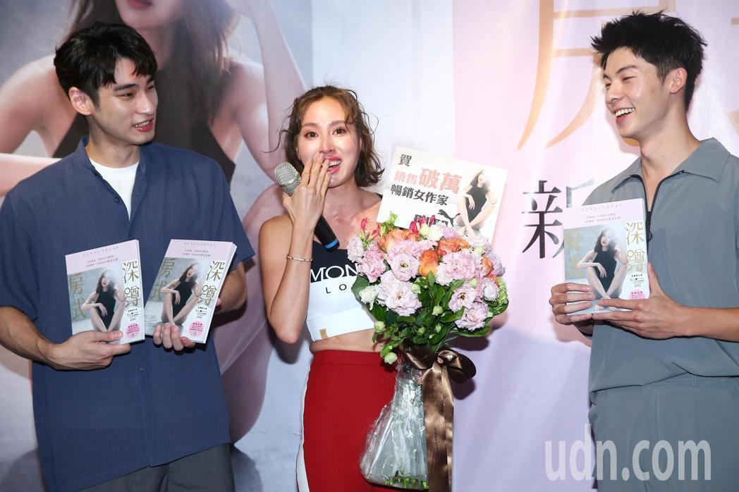 房思瑜簽書會,許光漢(右起)、章廣辰特地來站台。記者王騰毅/攝影
