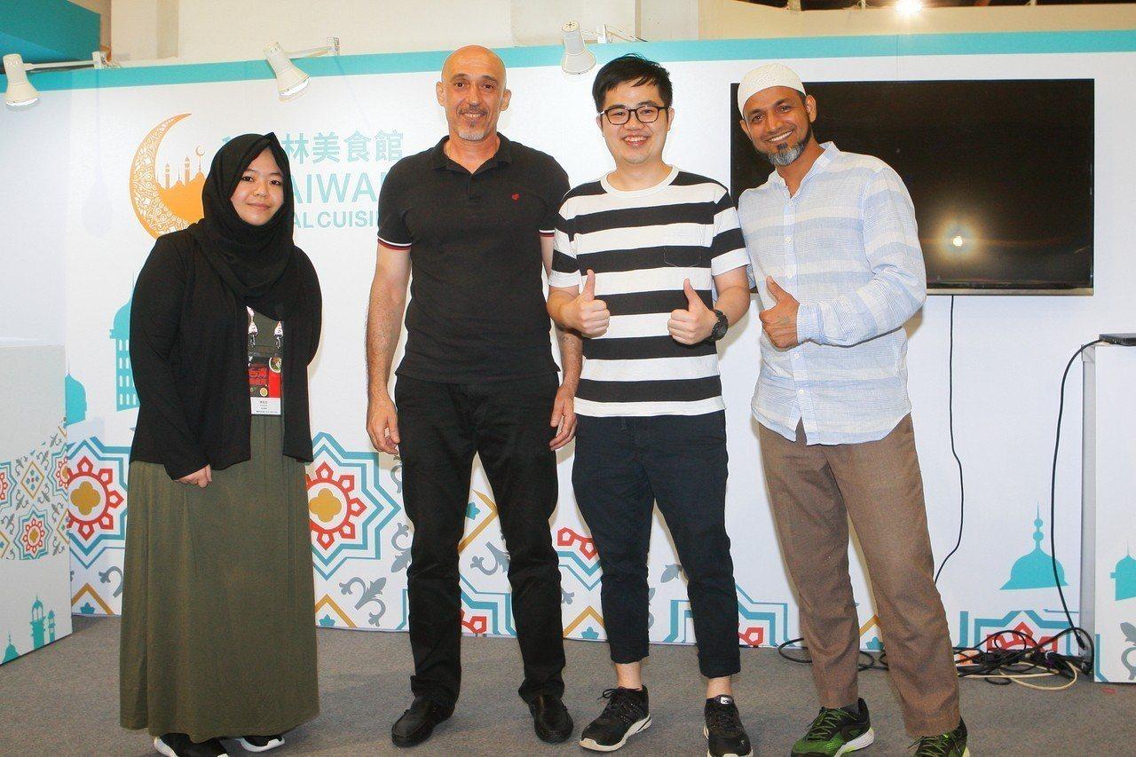 蕭惟仁(右2)在台灣美食展現場加入伊斯蘭教。記者陳睿中/攝影