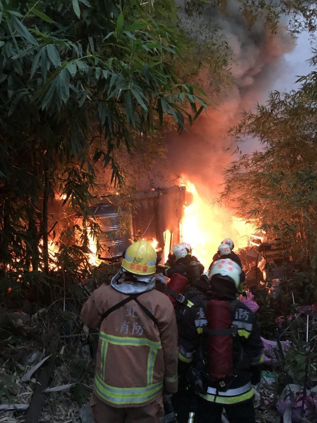瑤池宮旁的鐵皮屋大火。記者李承穎/翻攝