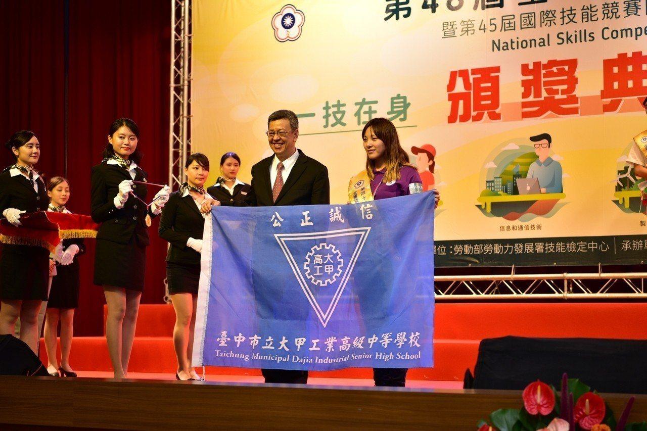 副總統陳建仁頒獎給王宣柔。圖/勞動力發展署中彰投分署提供