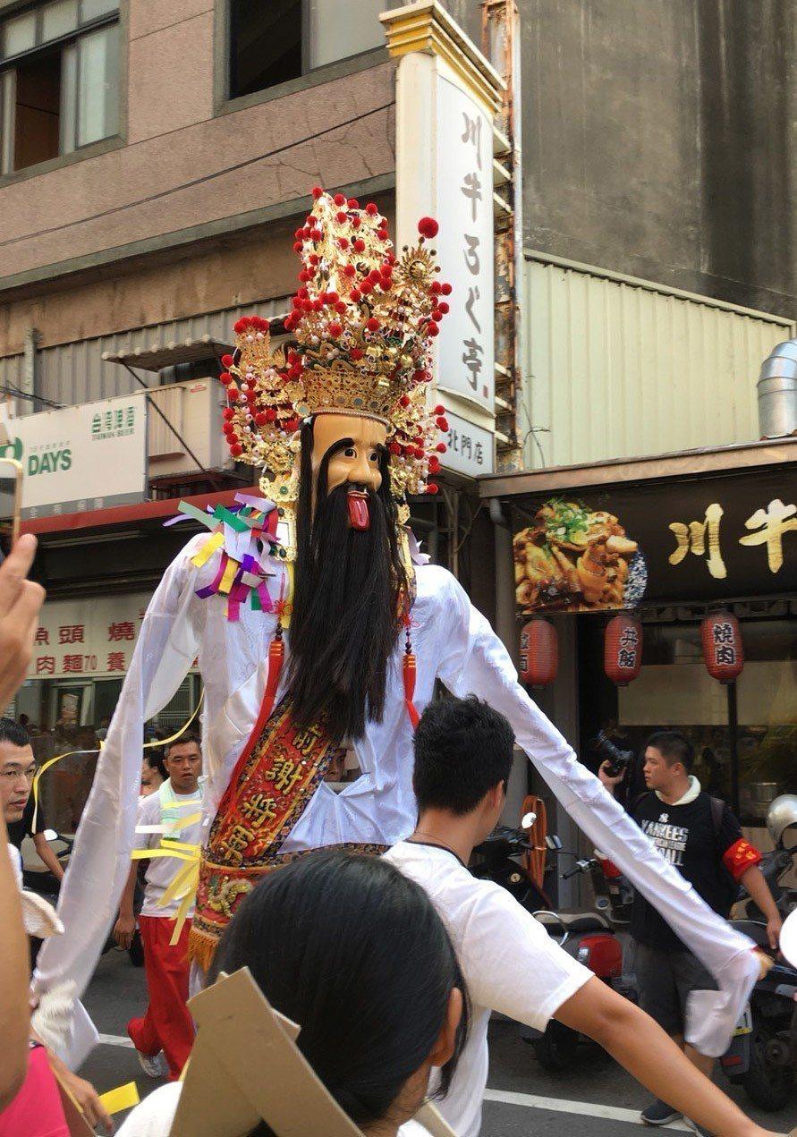 新竹都城隍廟辦「夯枷解厄」宗教祭典,七爺也出巡。記者郭宣彣/攝影