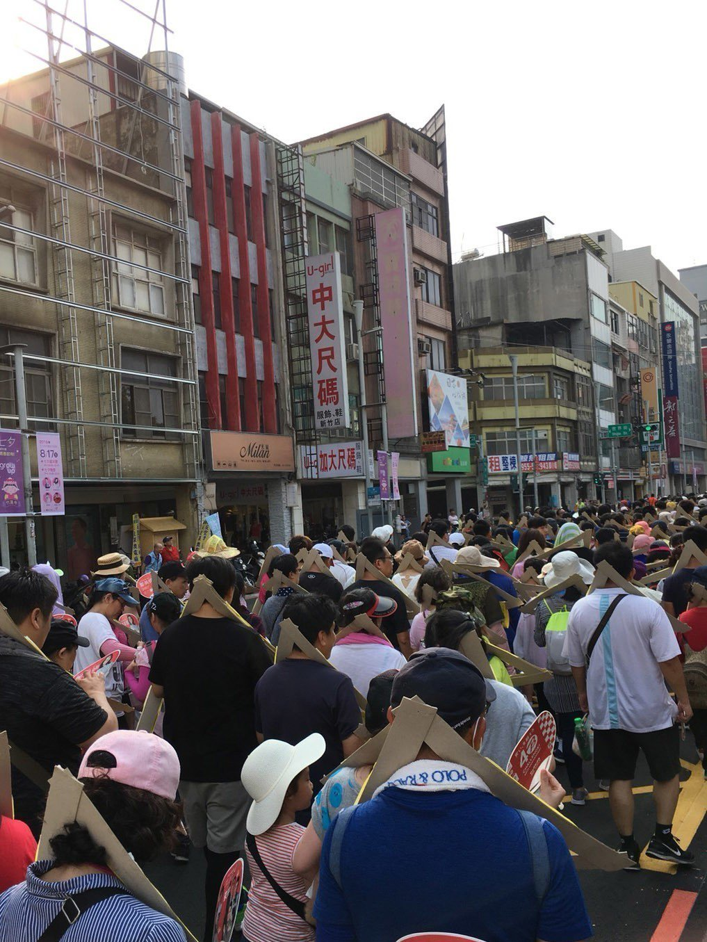 新竹都城隍廟辦「夯枷解厄」宗教祭典,參加信眾人潮眾多達到2千多人。記者郭宣彣/攝...